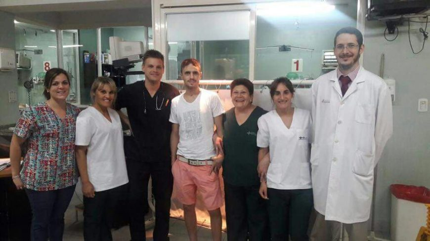 Mauro junto a quienes lo cuidaron en la clínica privada