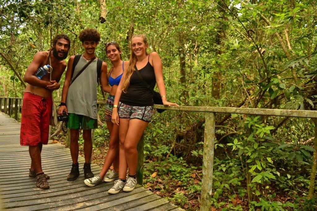 Sofía y David con amigos que conocieron en esta travesía