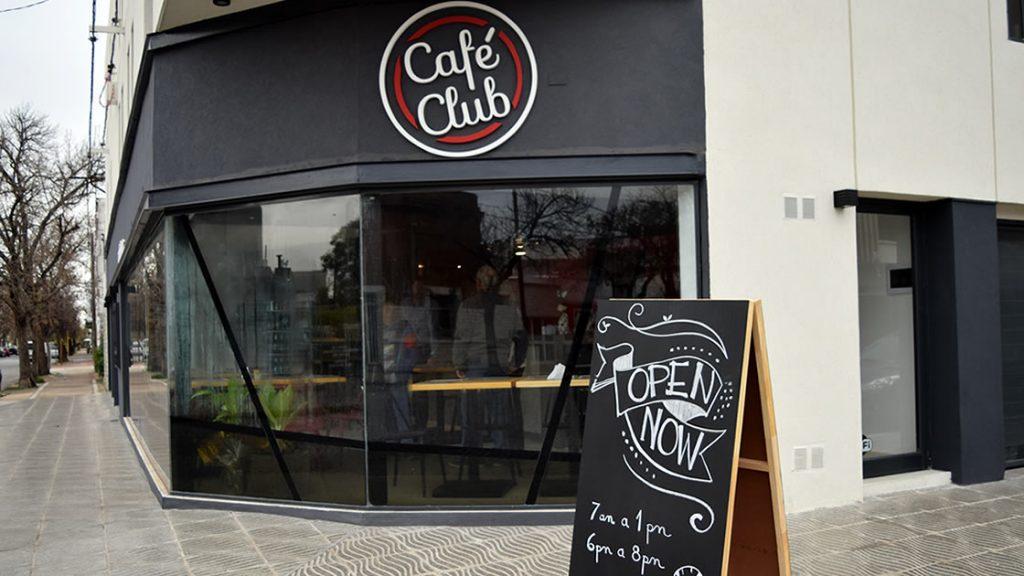 Cafe Club está ubicado en Echeverría esq. Libertad