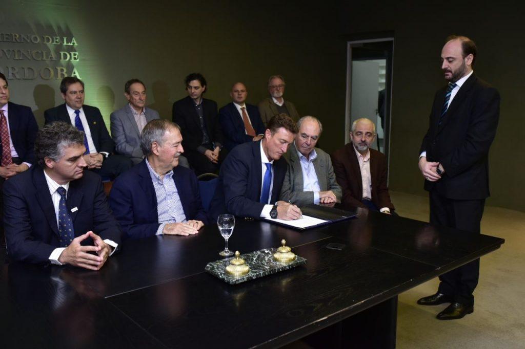 García Aresca firmando el convenio con Lear Corporation