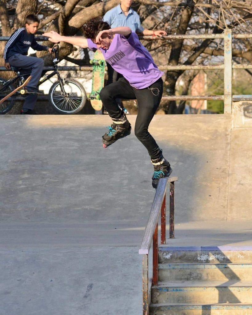 Es la única persona en la ciudad que utiliza este tipo de patines como medio de transporte.