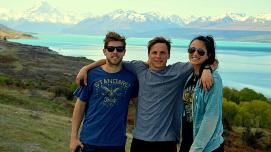 """Junto a su hermano Guillermo y su novia Valentina en la isla sur de NZ. De fondo, el Mt Cook y el lago Pukaki, donde se filmó la película """"Hobbit"""""""