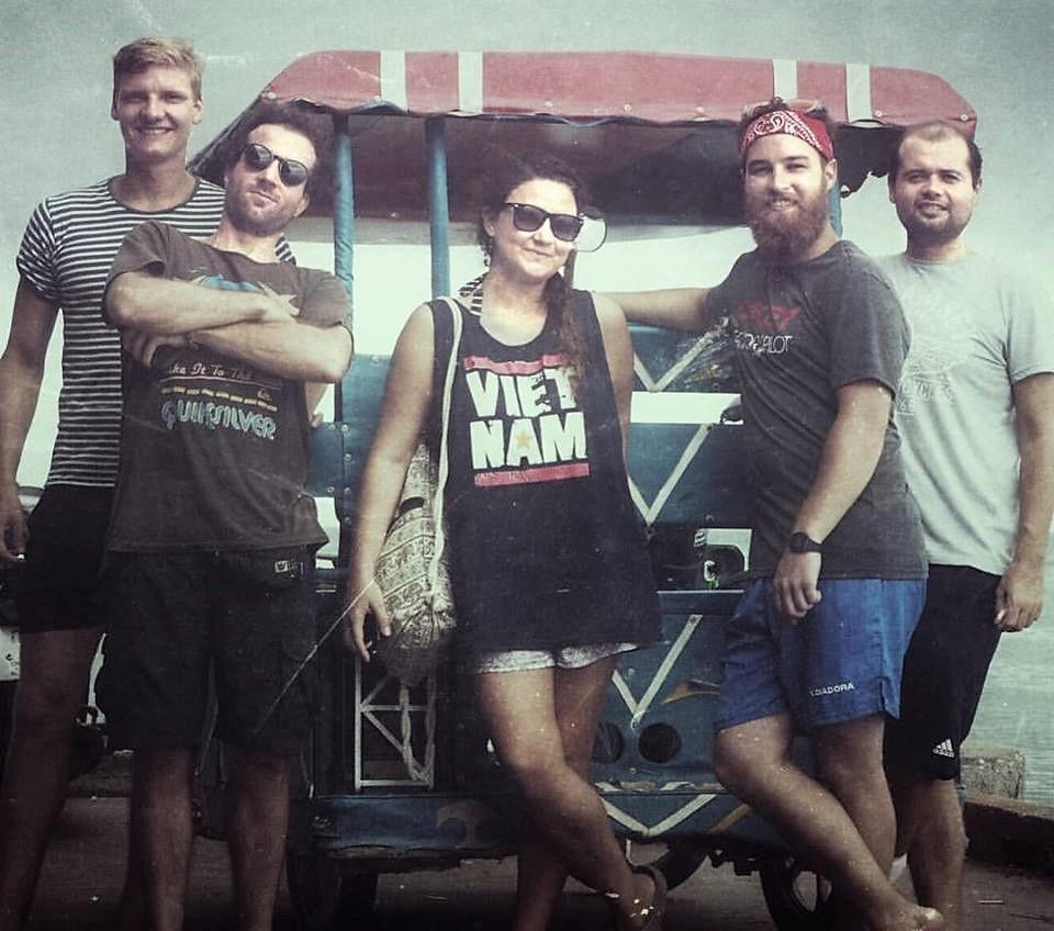 En Koh Lanta, Tailandia, con amigos chilenos, alemanes, estadounidenses e irlandeses que conoció en el viaje.