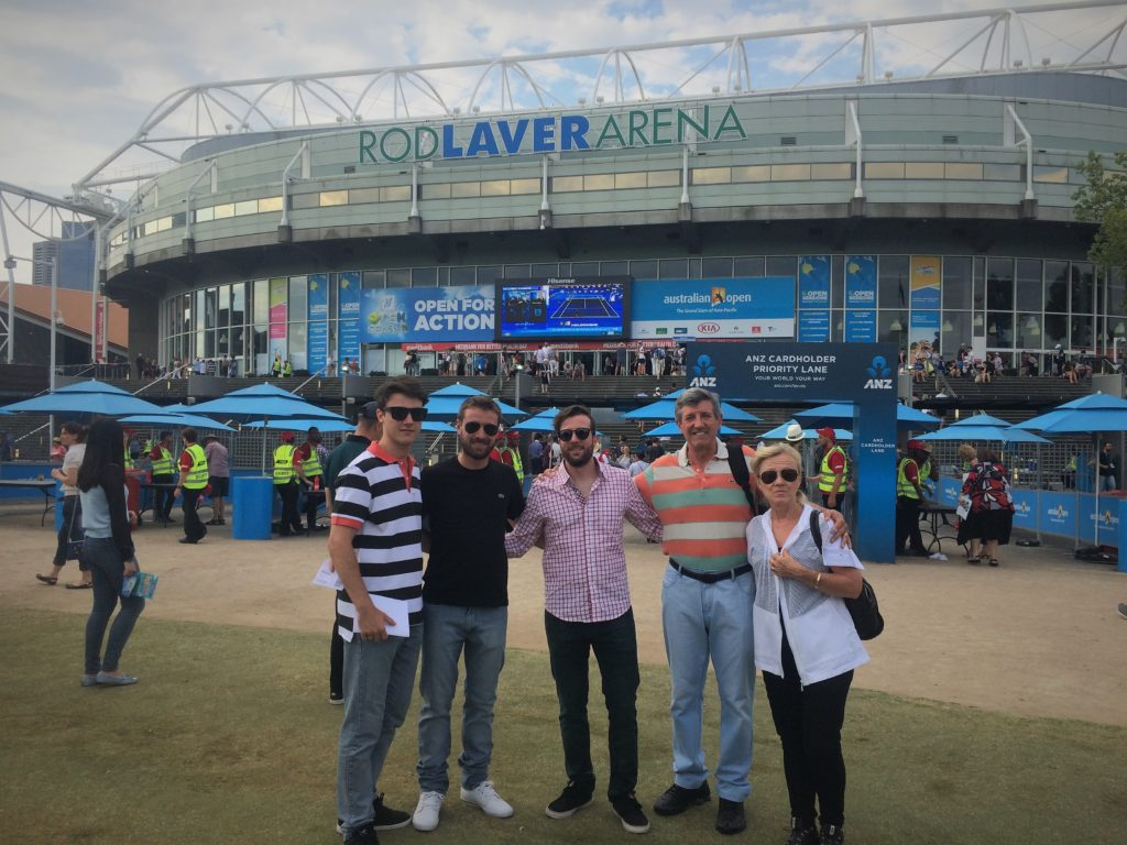Con sus hermanos y sus padres, recorriendo Australia.