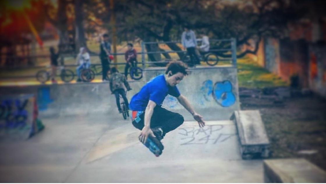 Justo pasa mucho tiempo practicando en el skate park ubicado en Avenida Cervantes