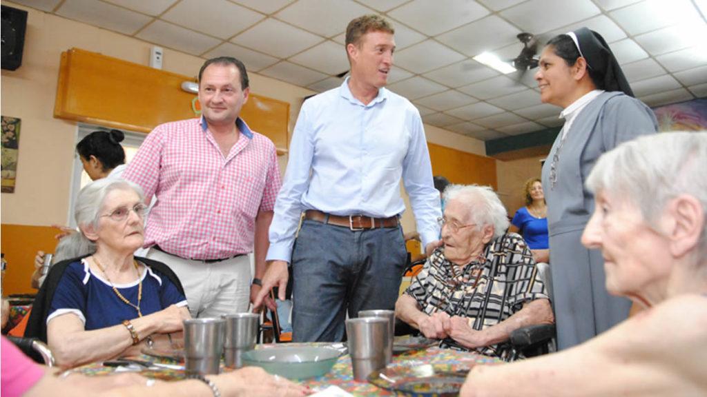 El intendente acompañó a los abuelos del Hogar Diehl de Sienra en el almuerzo de celebración de fin de año