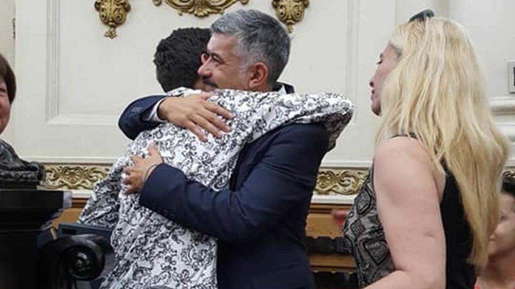 Momento del homenaje y el abrazo entre Uriel y Mariano Almada