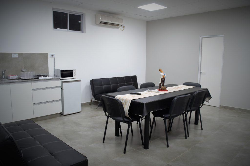 La sala está equipada para que los profesionales puedan descansar en medio de la jornada laboral.