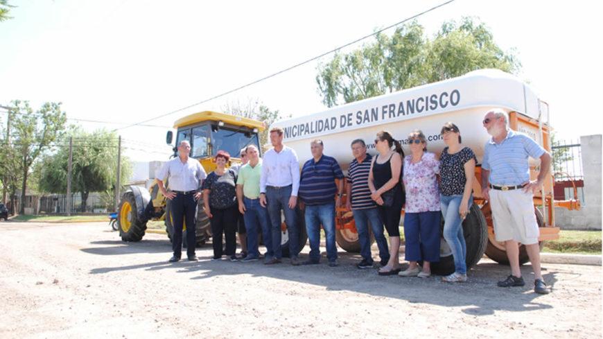 El municipio adquirió un nuevo camión regador y lo cedió a dos barrios