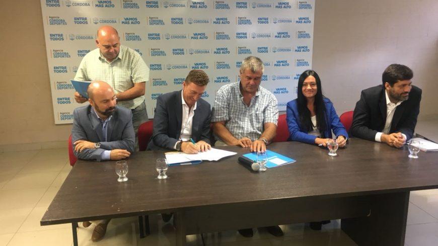 El intendente firmó el acuerdo en la capital provincial