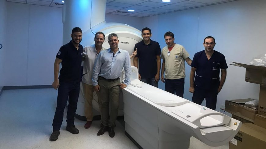 Los ingenieros provenientes de Sao Paulo que instalaron el resonador junto a Colantonio y Redolfi