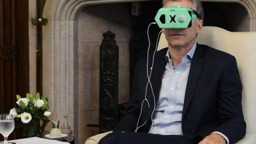 Macri probando la app virtual donde un sanfrancisqueño intervino en su diseño