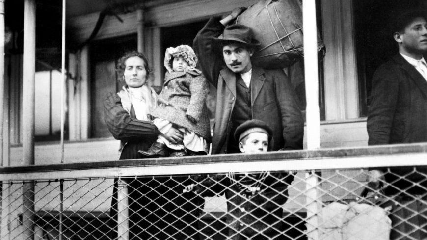 Foto ilustrativa de inmigrantes italianos arribando a nuestro país.