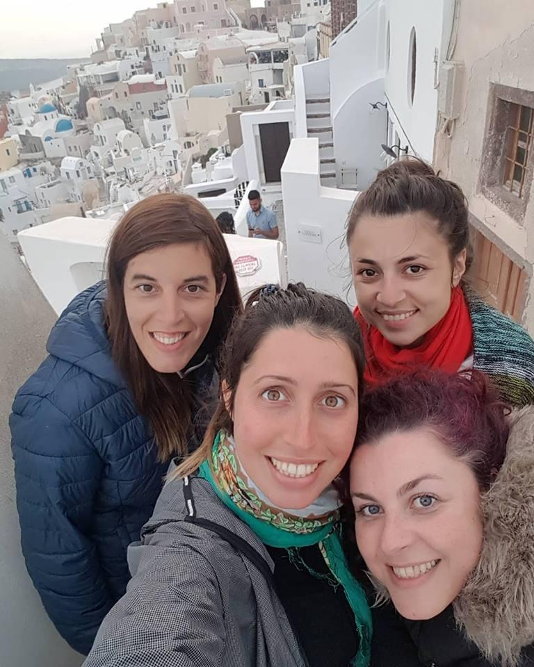 Con amigas de la infancia recorriendo Santorini, una isla de origen volcánico y espectacular belleza, en Grecia.